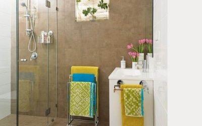 Design intérieur d'une petite salle de bain sans toilettes