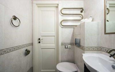 Conception d'une salle de bain dans une maison en panneaux: caractéristiques et options