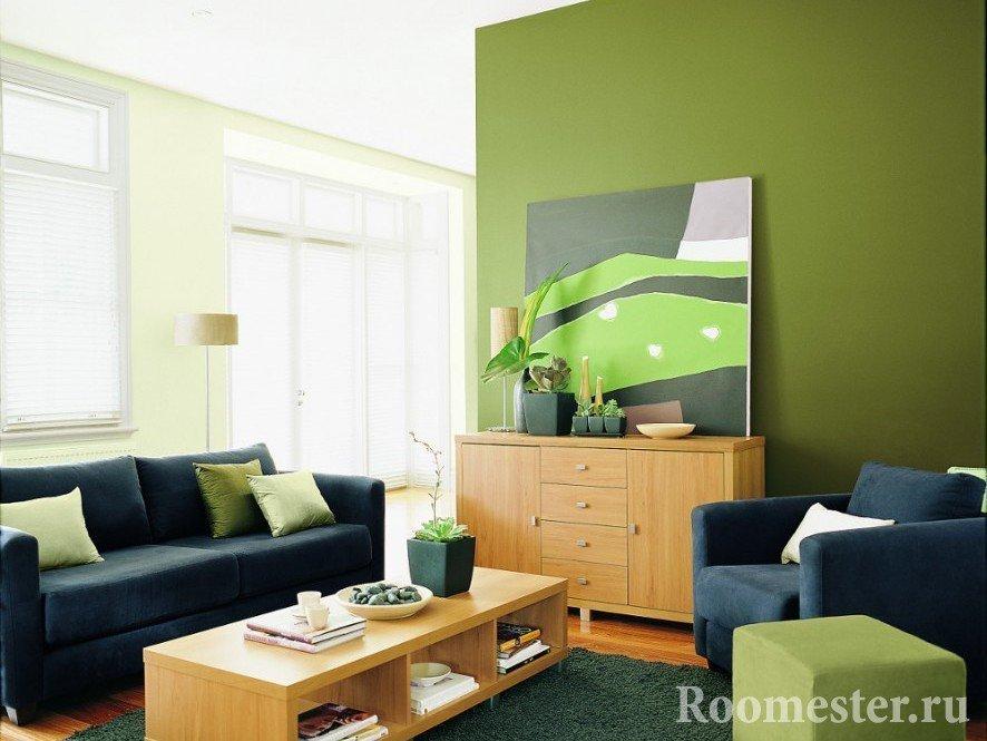 Blå sofa i oliven stuen