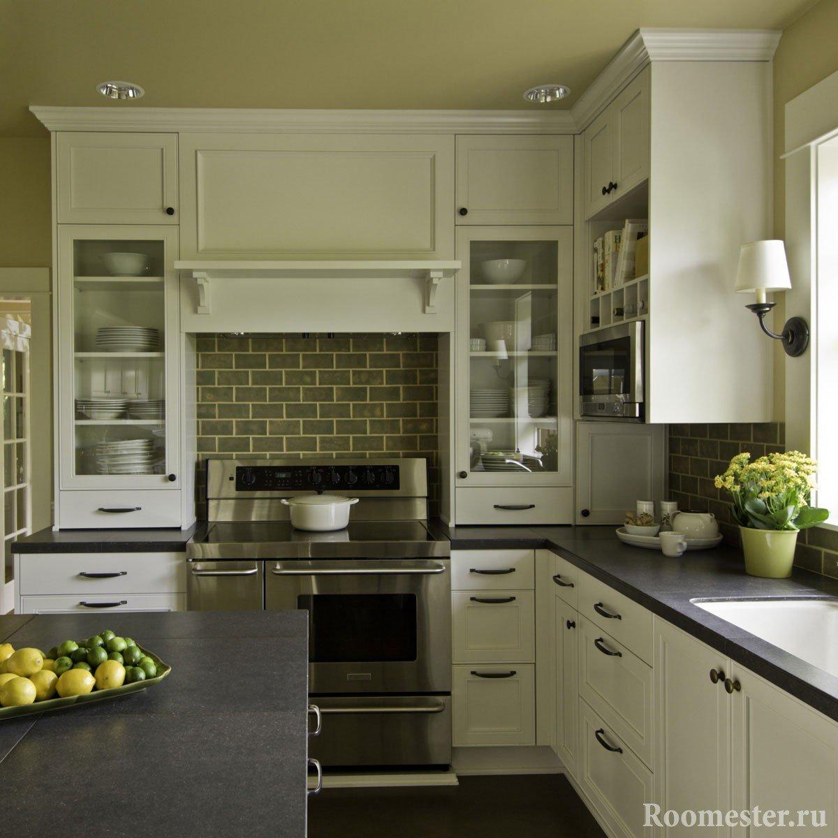 Kjøkken med tak i olivenfarge