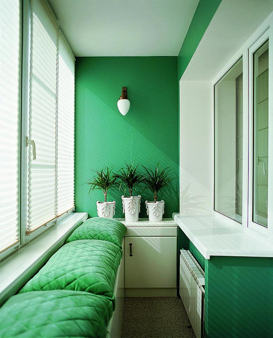 Balkong med hvitgrønt interiør