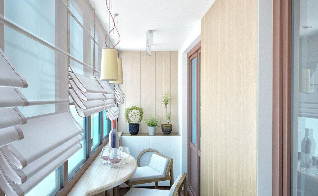 Vakker design av en balkong i et prefabrikert hus
