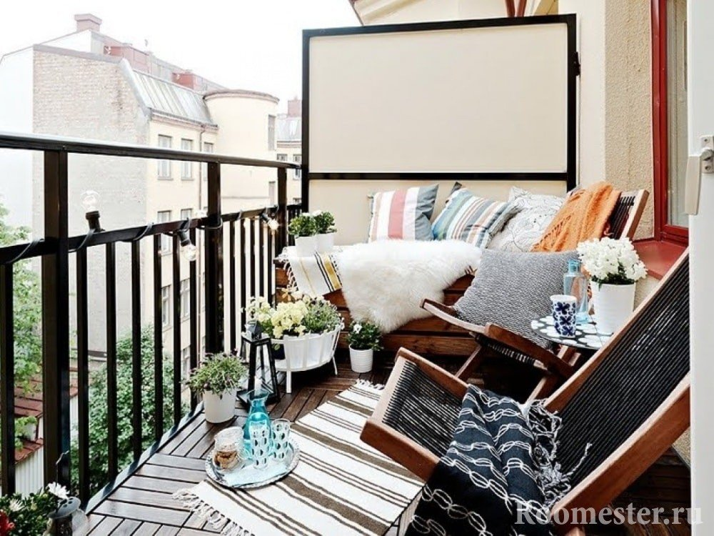 Lenestoler på den åpne balkongen