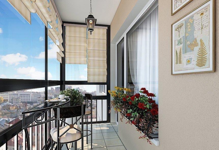 Uvanlig bord og stoler på balkongen