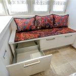 Sofa med skuffer på balkongen