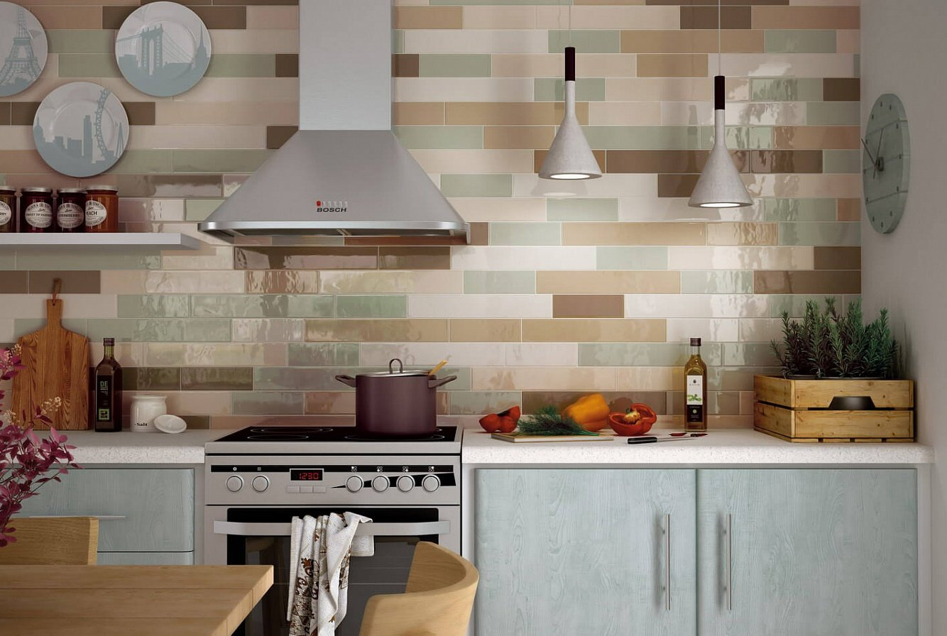 Assiettes décoratives sur le mur de la cuisine