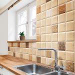 Carrelage imitation bois sur le mur de la cuisine