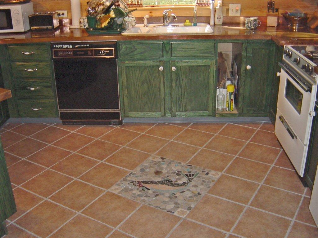 Pose diagonale de carreaux sur le sol de la cuisine
