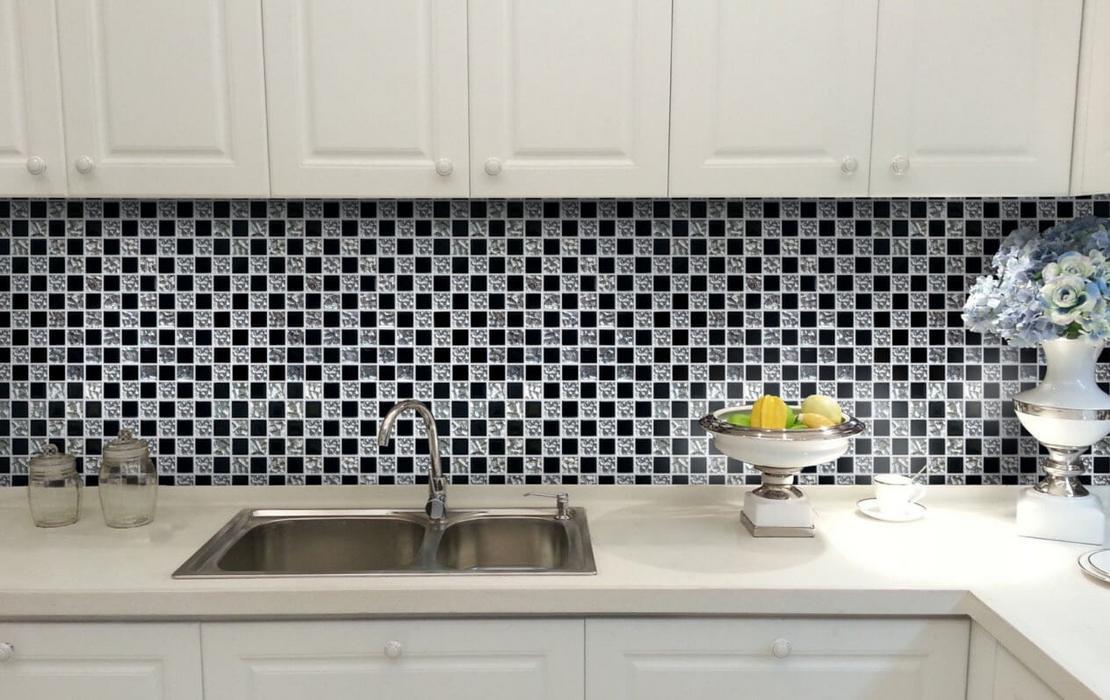 Tablier en mosaïque à l'intérieur de la cuisine