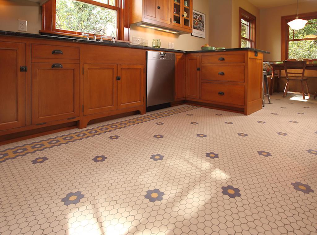 Sol en mosaïque dans la cuisine