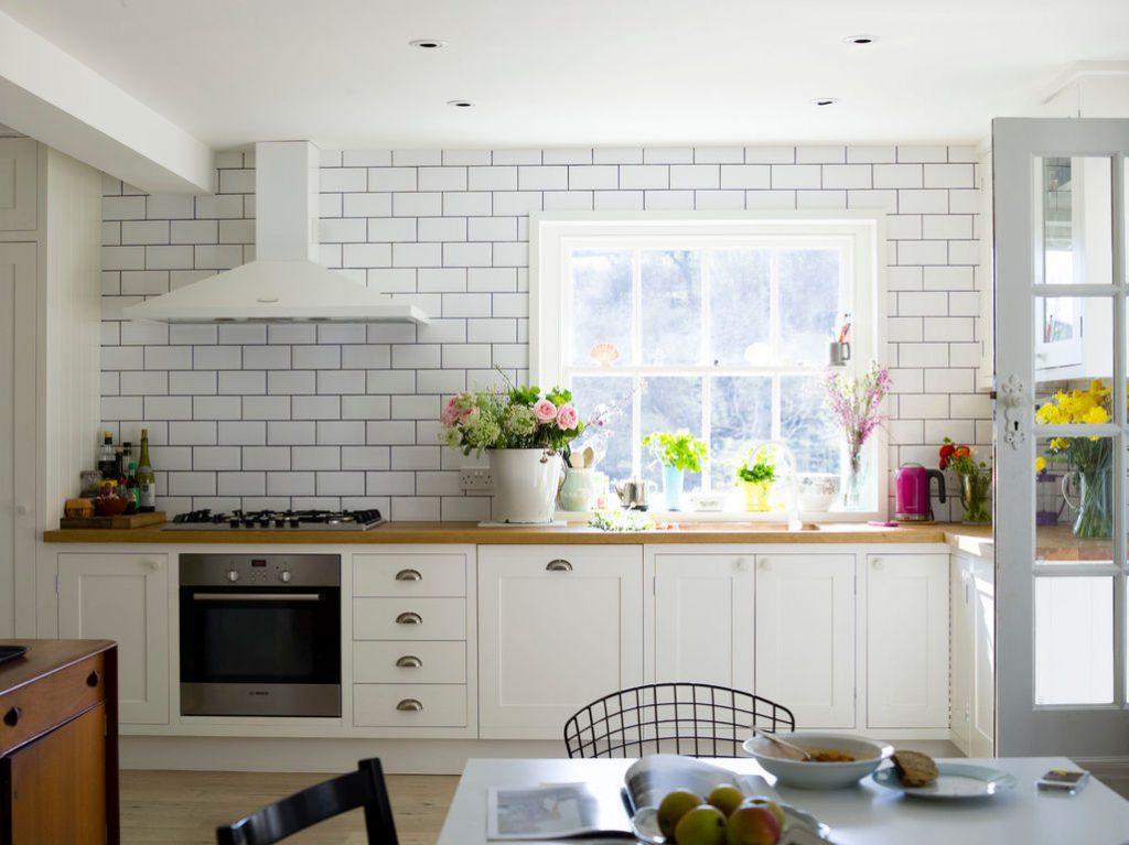 Conception de cuisine avec mur de briques.