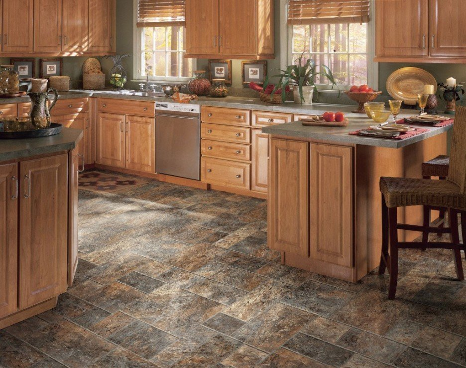 Carreaux de pierre sauvage sur le sol de la cuisine
