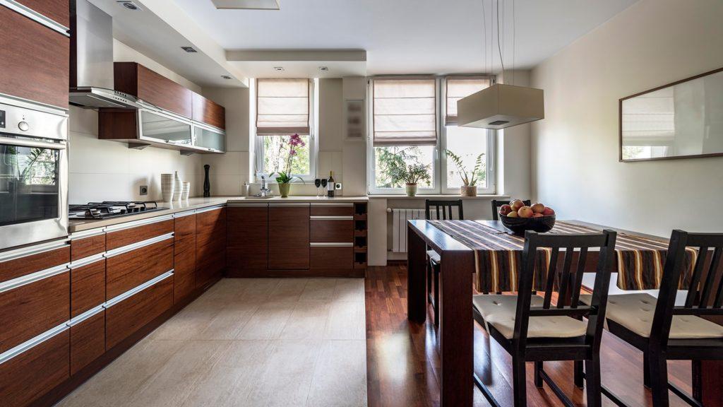 Carreaux et stratifié sur le sol de la cuisine