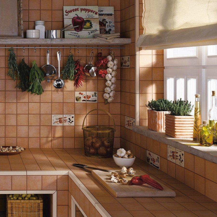 Carrelage avec dessins sur les murs de la cuisine