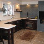 La combinaison de murs gris et blancs dans la cuisine
