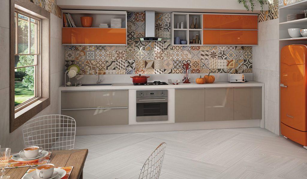 Meubles gris-orange dans un intérieur de cuisine lumineux