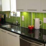 La combinaison de meubles blancs et d'un tablier vert clair