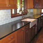 Meubles en bois naturel à l'intérieur de la cuisine