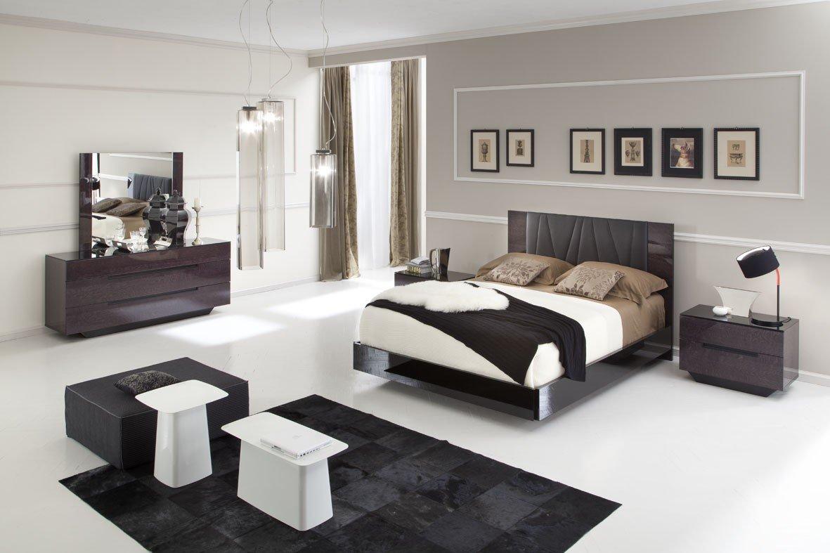 Podea ușoară și mobilier întunecat în dormitor