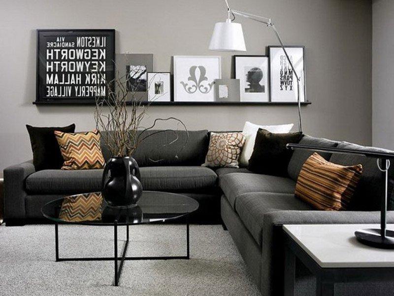 Living cu mobilier întunecat.