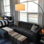 Canapea gri în sufragerie