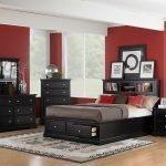 Pereți roșii și mobilier întunecat