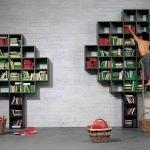 Trær med bøker ved veggen