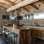 Kombinasjonen av stein og tre på kjøkkenet