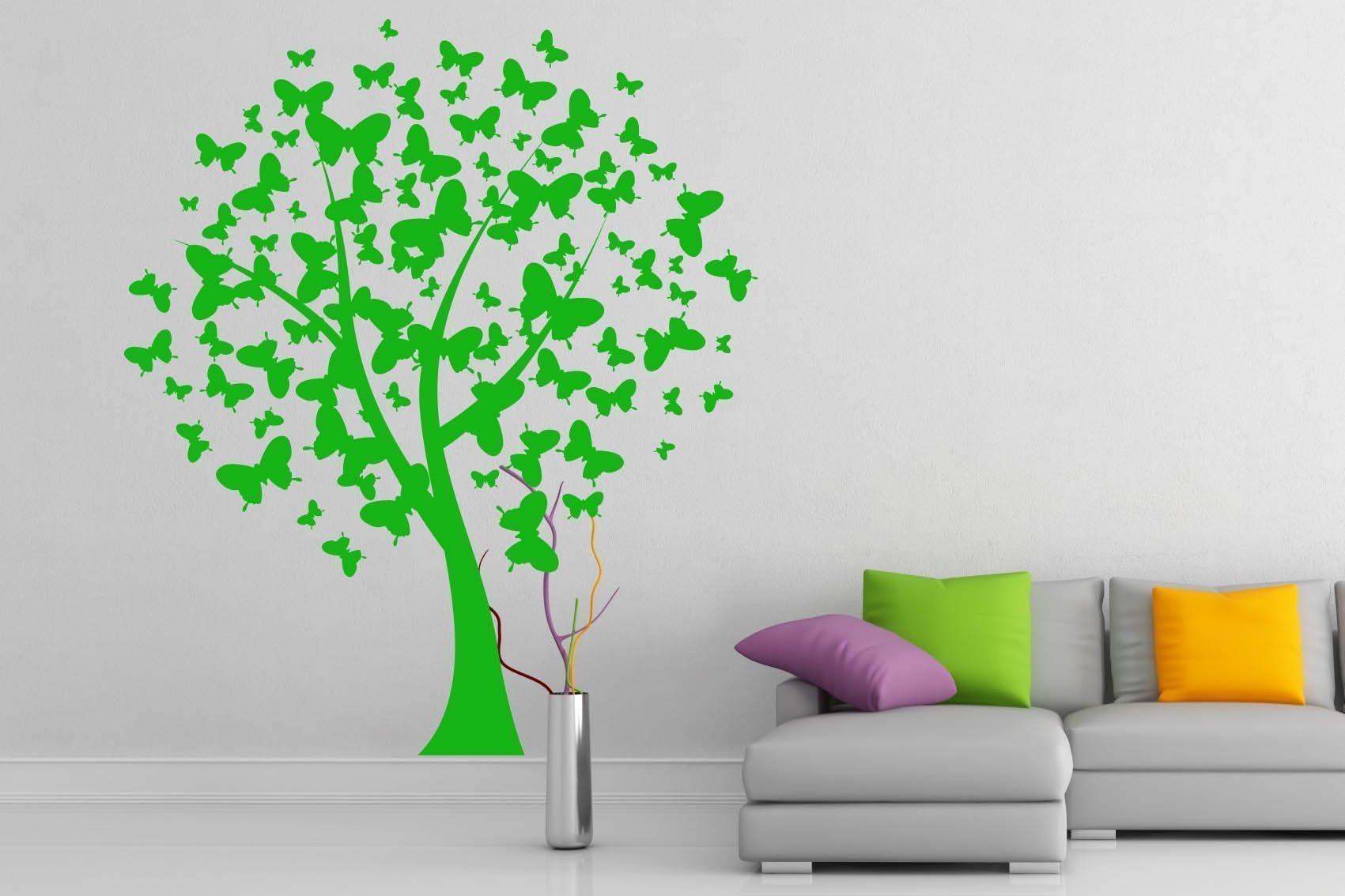 Grønt tre på en hvit vegg