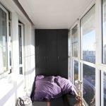 Svart garderobe på balkongen