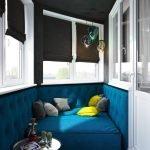Blå sofa i hjørnet