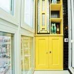 Interiør med gule møbler