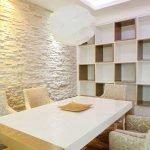 Salle à manger avec niche dans le mur