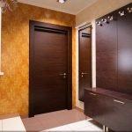 Le porte erano in legno nel corridoio