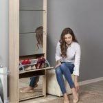 Miroirs sur un étagère à chaussures