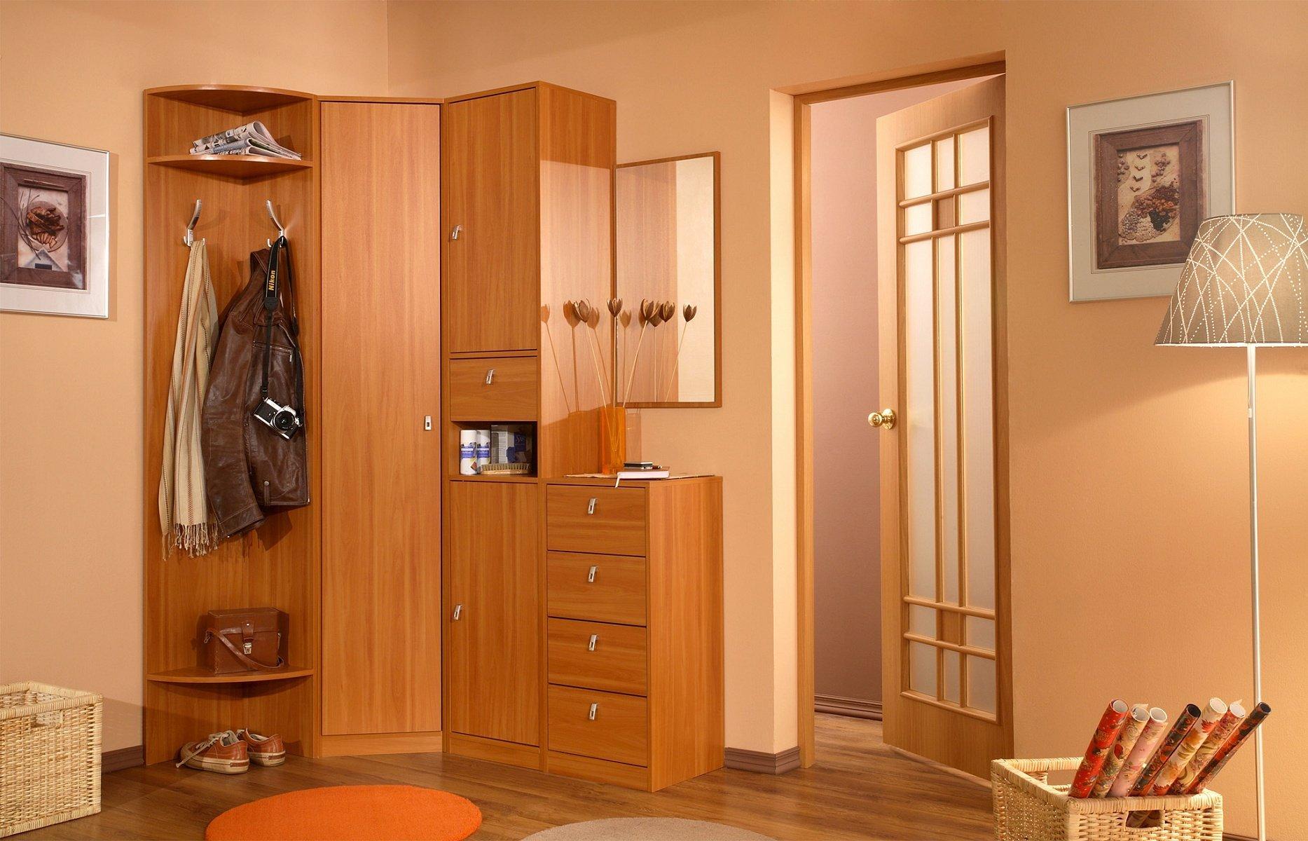 Petit couloir en bois à l'intérieur