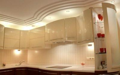 Conception de plafond en placoplâtre dans la cuisine