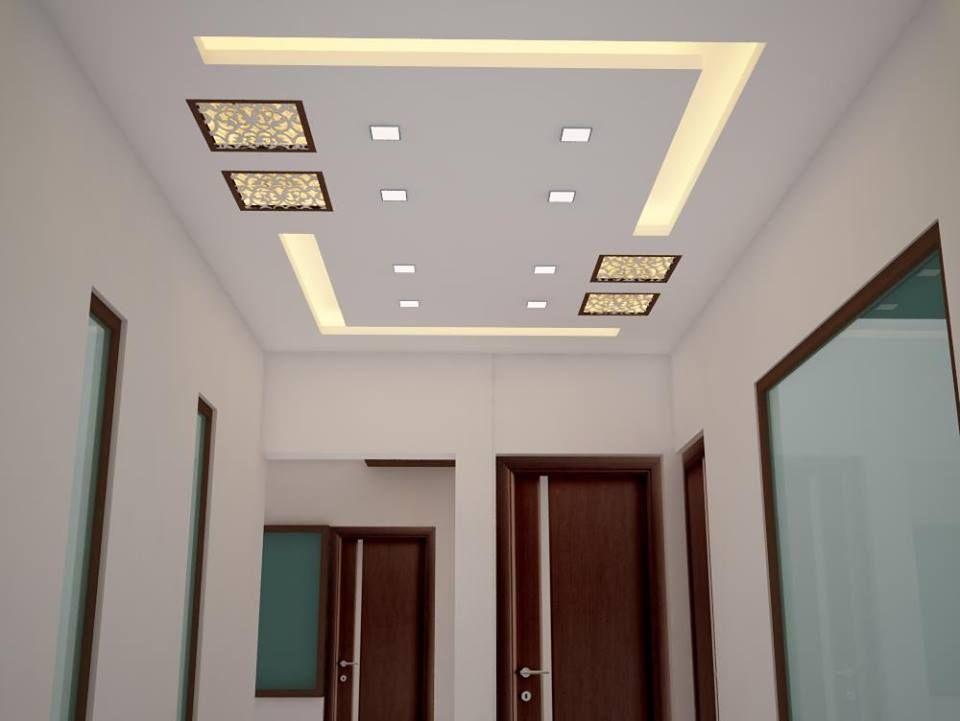 Plafond avec un motif de lampes