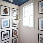 Plafond bleu dans le couloir