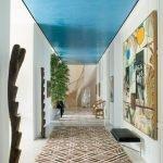 Plafond bleu vif dans le couloir