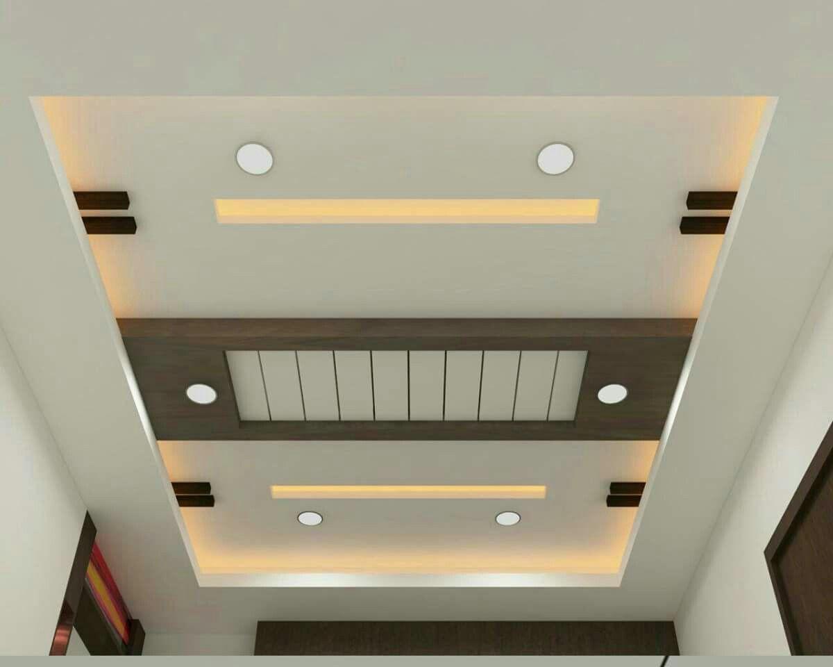 Décor de plafond dans le couloir carré