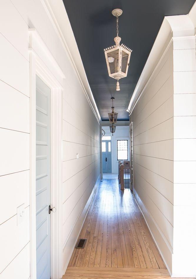 Plafond noir dans un couloir étroit