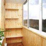 Hengslede hyller på balkongen
