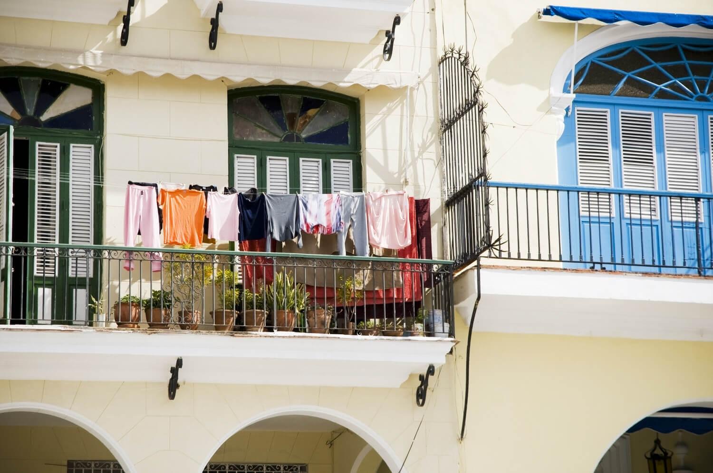 Tørking av klær på balkongen