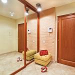 Armoire miroir dans le couloir