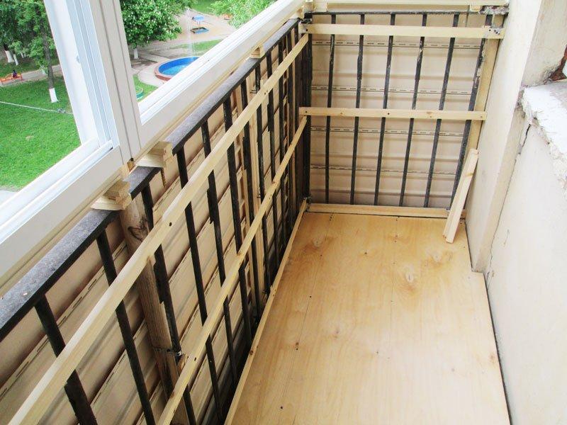 Kasse rundt omkretsen av balkongen