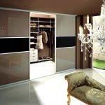 La combinaison du sol blanc et des murs en chocolat