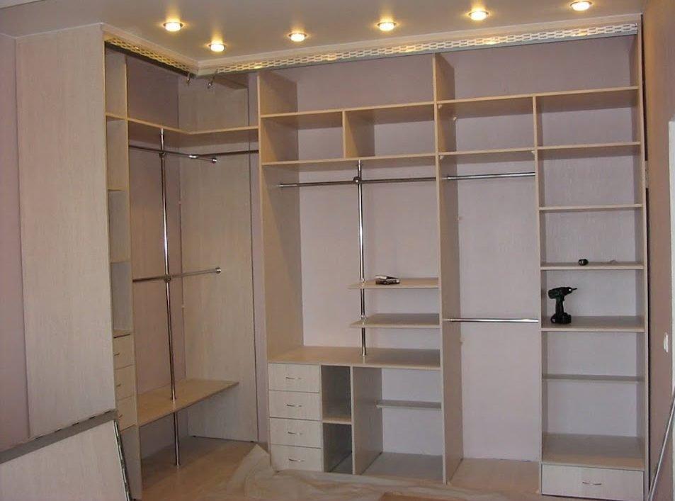 Assemblage d'armoire de bricolage