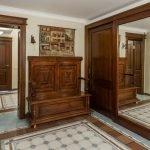Armoire en bois dans le couloir