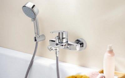 Quelle devrait être la hauteur du mitigeur au-dessus de la baignoire: standard depuis le sol